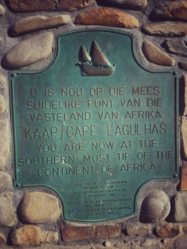 Gedenktafel am Kap Agulhas - auf afrikaans (oben) und englisch (unten)