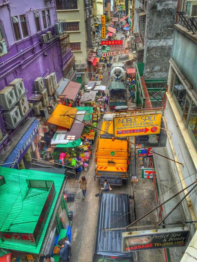 Blick von der Rolltreppe in die Straßenschluchten
