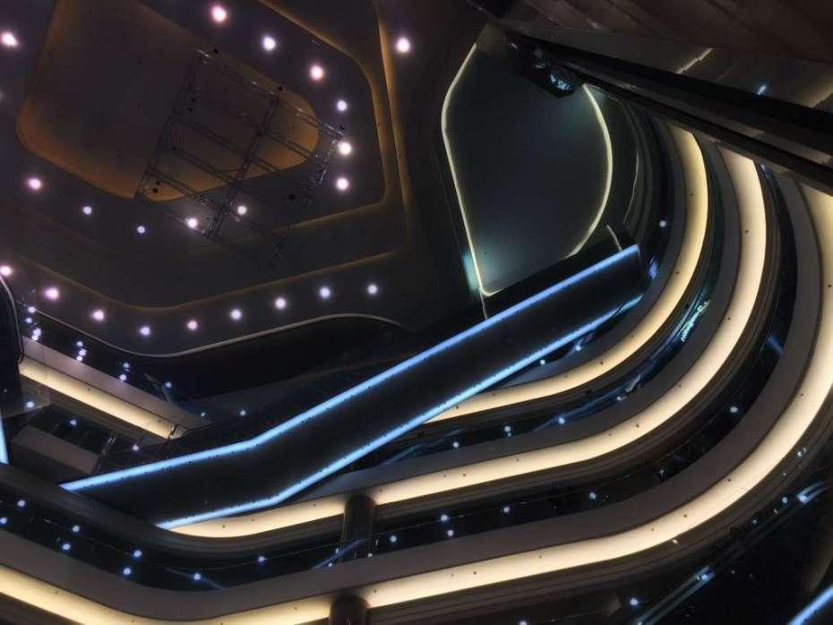 Blick von unten nach oben im Einkaufscenter Times Square
