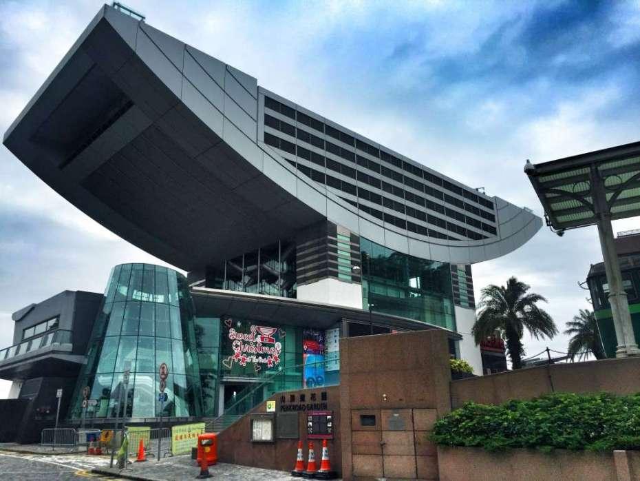Auf dem Dach dieses futuristischen Gebäudes befindet sich die Aussichtsplattform