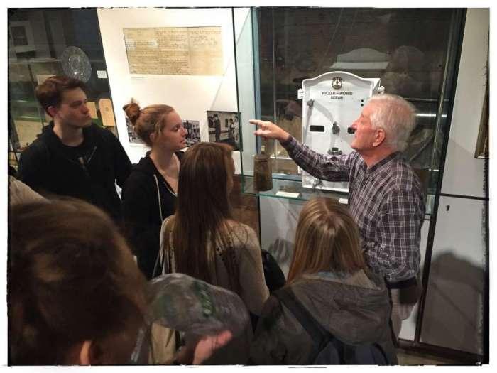 Horst Duffe mit einer Besuchergruppe