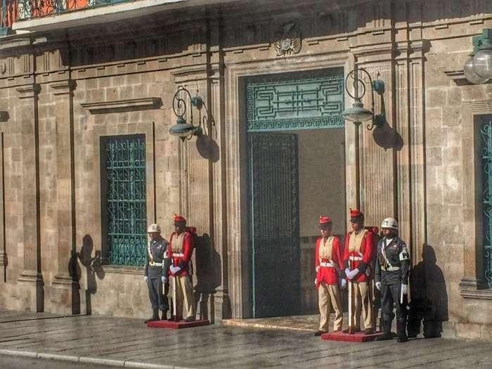 Soldaten bewachen ein Regierungsgebäude am Plaza Murillo