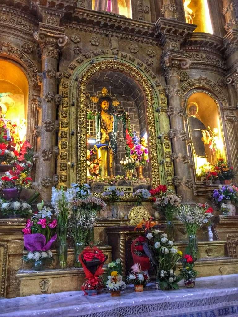 Prächtiger Altar im Kirchenschiff