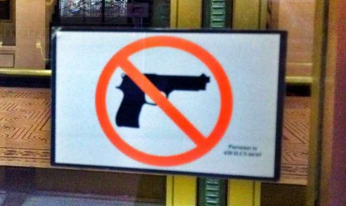 Waffen verboten! Schild in der Tür des Touristenbüros