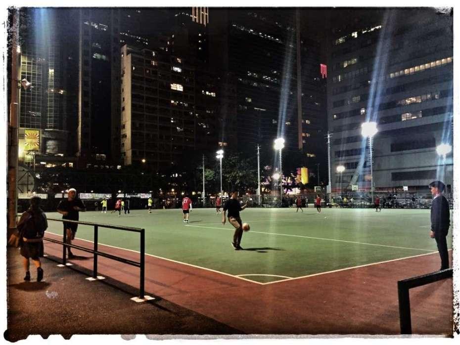 Sportplatz zwischen Hochhäusern