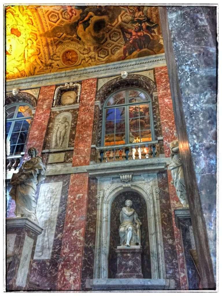 Im Inneren ist das Schloss mit edlem Marmor verziert