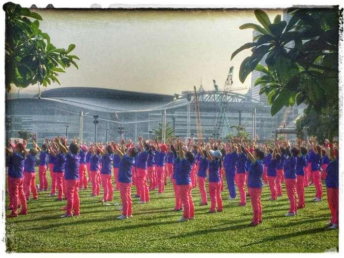 Chinesinnen bei der Morgengymnastik vor dem Kongresszentrum