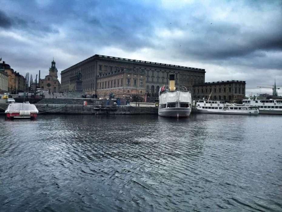 Die Boote fahren an allen wichtigen Sehenswürdigkeiten wie dem Stadtschloss vorbei