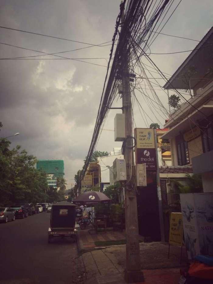 Leitungssalat in einer Straße