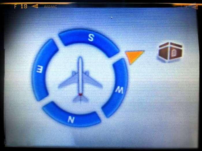 Auf dem Bildschirm zeigt Emirates die Richtung nach Mekka