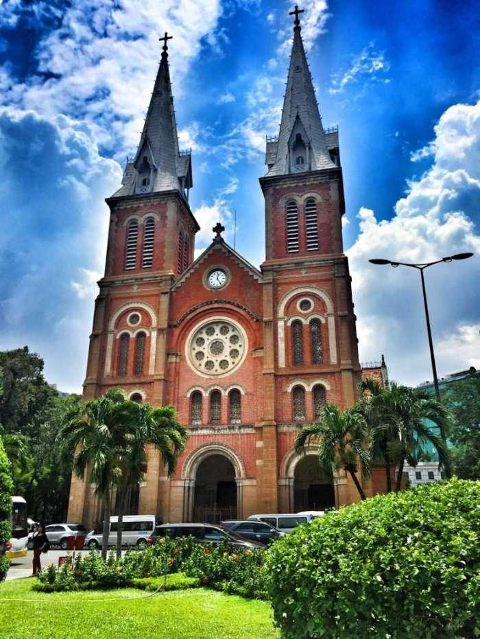 Die Kathedrale Notre Dame steht im Stadtbezirk Saigon