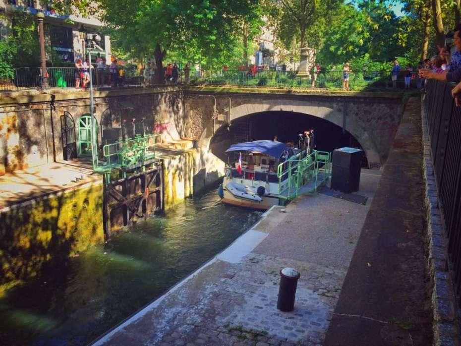 Ein Schiff fährt in den unterirdischen Teil des Kanals