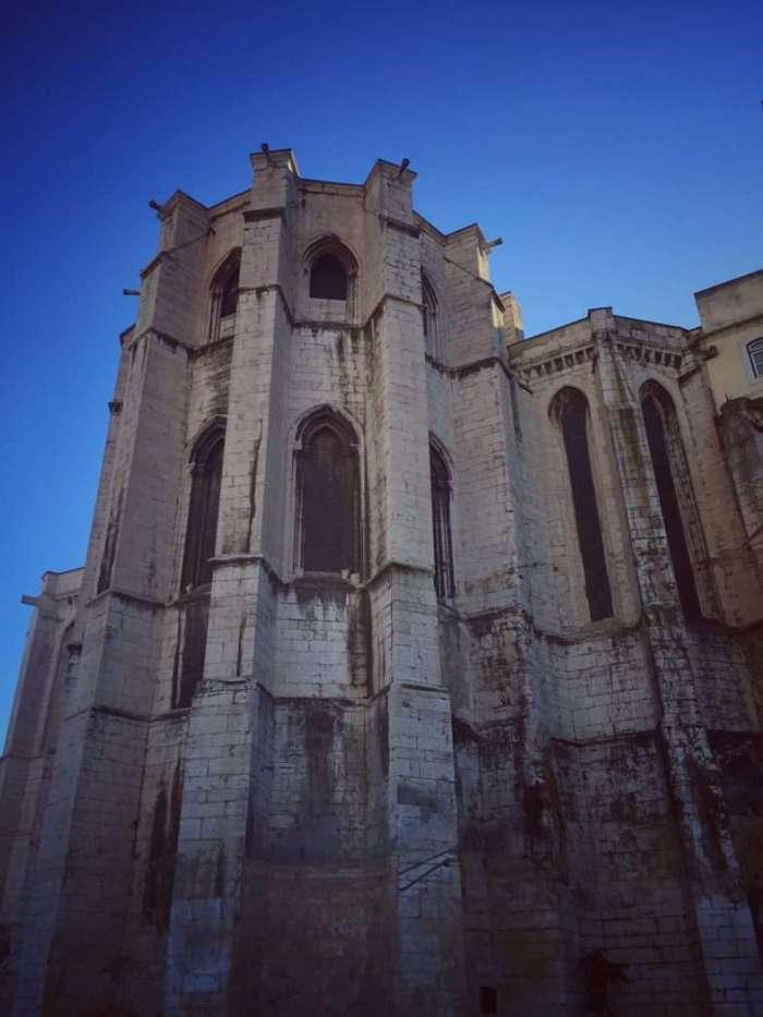 Beschädigtes Kirchenschiff