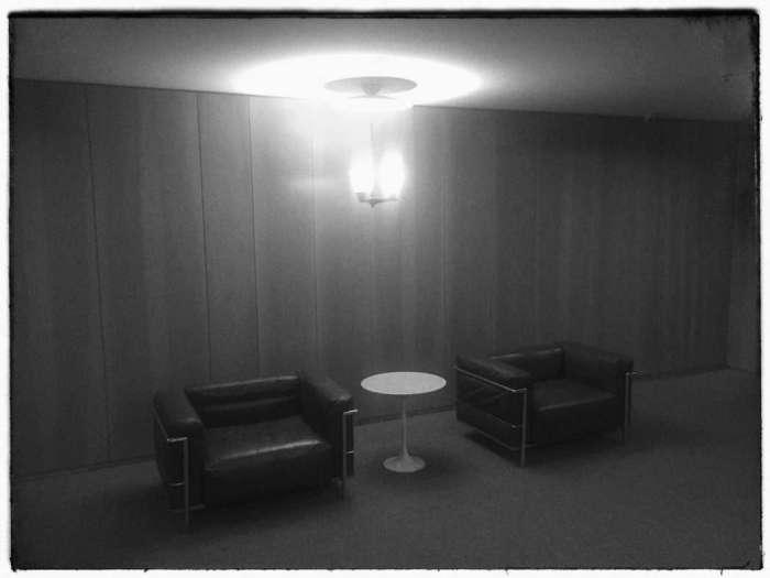 Typische Bauhaus-Sessel auf dem Hotelflur