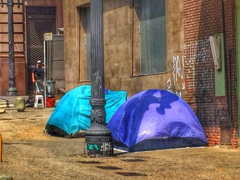 In der Innenstadt stehen hunderte Zelte von Obdachlosen