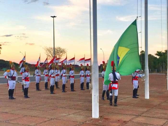 Soldaten holen die Fahne ein