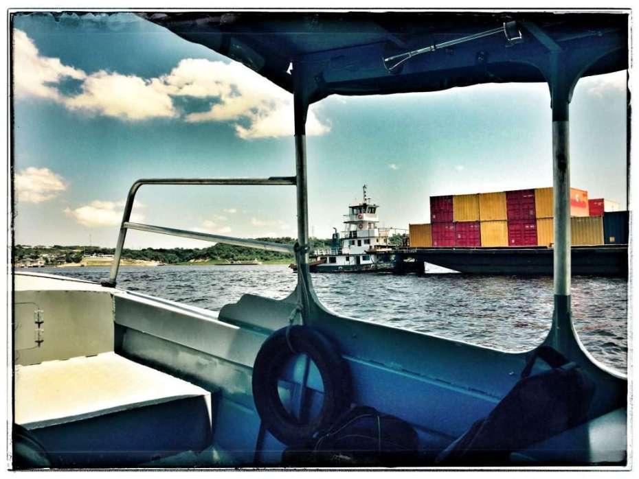 Der Amazonas ist wegen der vielen Industriebetriebe voll mit Containerschiffen