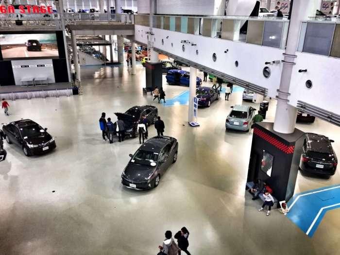 Ausstellungshalle mit Straßenfahrzeugen
