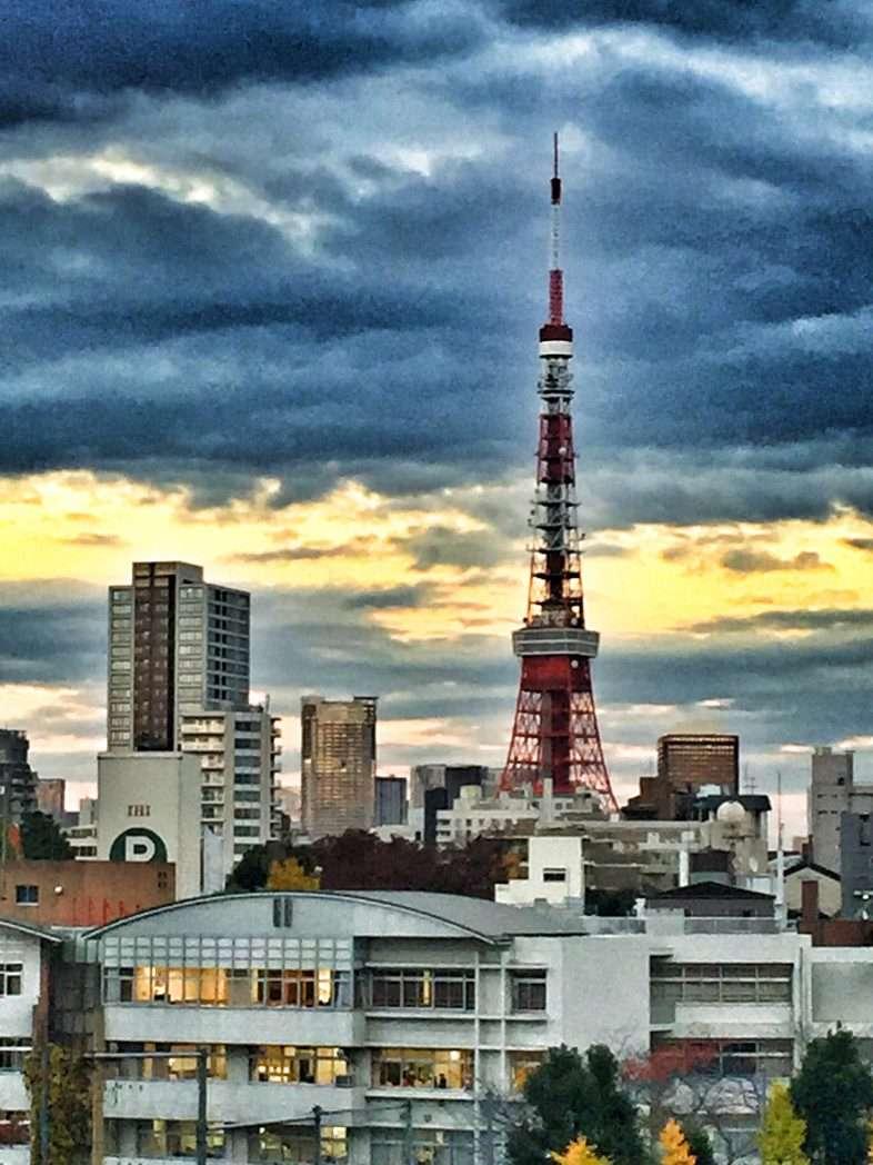 Der Tokyo Tower: Im Hellen sieht man den Unterschied...
