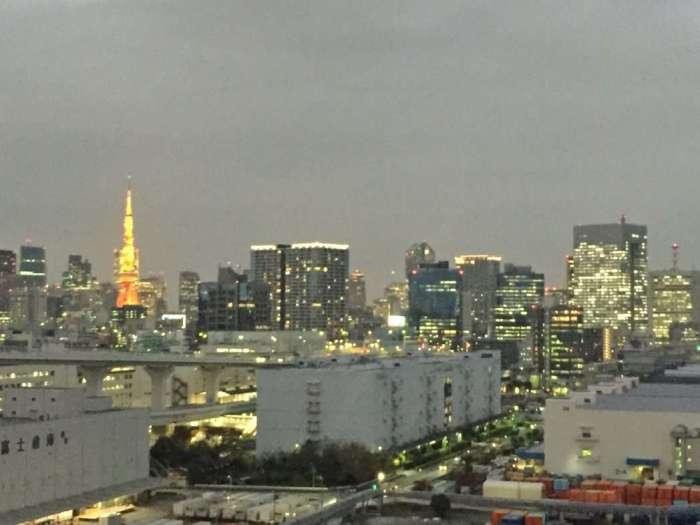 Blick von der Rainbow Bridge auf Tokio (links: Tokio Tower)
