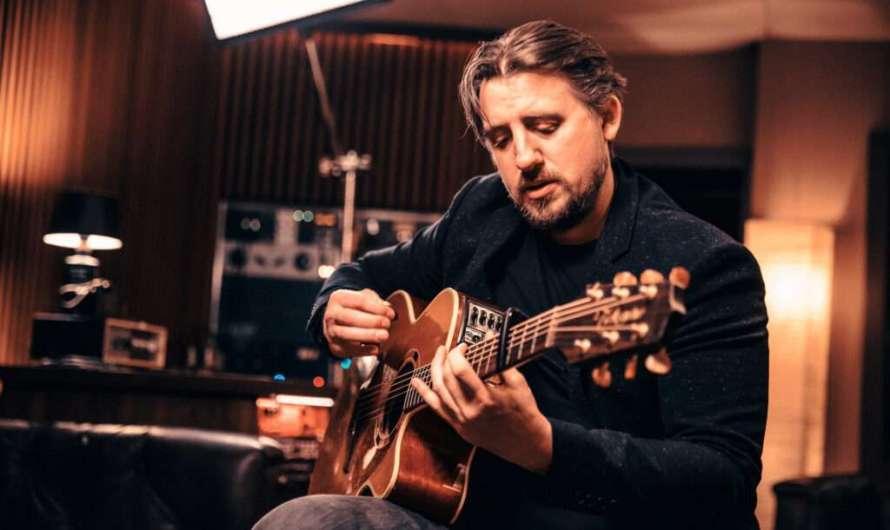 Der englische Singer-Songwriter Ryan Inglis singt über München
