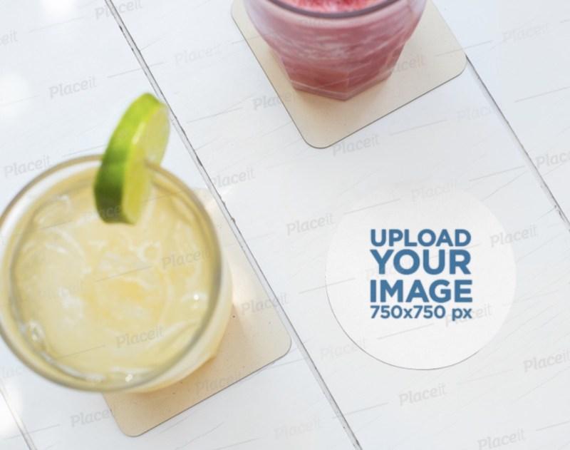 maqueta de una montaña rusa redonda junto a una limonada