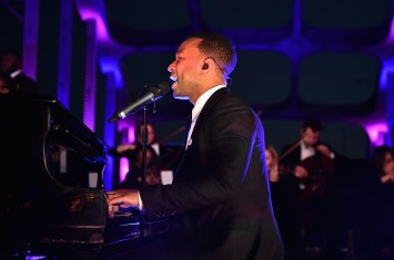 SELMA, AL - JANUARY 18: EDITORIAL USE ONLY John Legend performs during a special live performance by on the Edmund Pettus Bridge on January 18, 2015 in Selma, Alabama. (Photo by Paras Griffin/Getty Images for Paramount Pictures) *** Local Caption *** John Legend