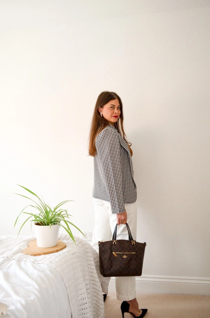 How to dress like a french girl in French style white jeans , dogtooth blazer and coach bag. Spring Summer outfit ideas.