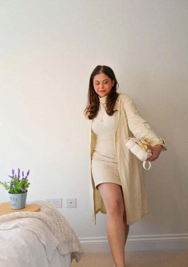 Neutral mini skirt outfit in beige