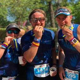 Henrik Lagerquist i mitten tillsammans med Frida Winbo och Supermotionären Peter Fällén under Ironman 70.3 Jönköping.