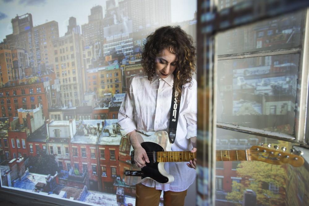 """יש איילים שמדברים עברית: אלקנה כהן על """"As I Walk"""" – האלבום החדש של ג'ודי ענתבי"""