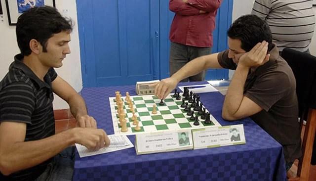 El Maestro Internacional Ermes Espinosa,  a la izquierda en la foto, es uno de los contendientes en el Zonal Central de Ajedrez  en Camagüey.