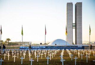 Ato em frente ao Congresso Nacional. Cruzes estão fincados no gramado do legislativo nacional.