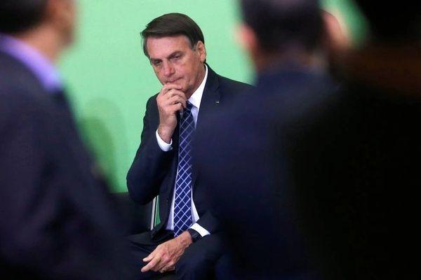 Bolsonaro sentado com semblante pensativo.