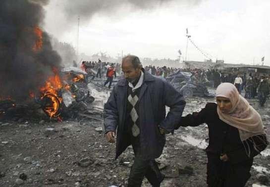 Palestinos tentam se proteger de ataque israelense. Foto: Hatem Omar/AP