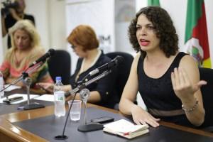 Na foto: Amara Moira. Puta Dei na assembleia legislativa do RGS, com defesa à regulamentação. Foto: Guilherme Santos/Sul21