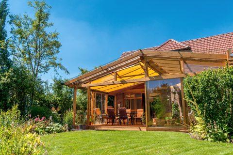 Sommerliche Terrasse und Garten