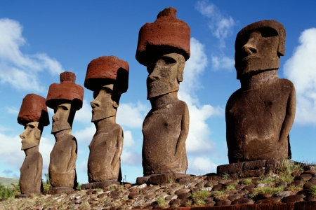 Esculturas de la cultura Rapa Nui en la isla de Pascua, Chile. Imagen tomada de amazonaws.com