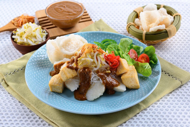 Traditional Indonesian food: Ketoprak