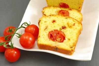 ¡YA TOCAN UNOS DÍAS DE VACACIONES!: CAKE (SALADO) DE TOMATES CHERRY Y TOMATES SECOS