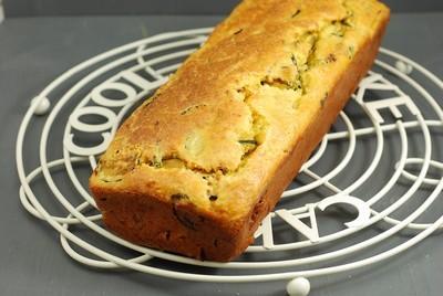 YA FALTA POCO PARA QUE LLEGUEN LAS VACACIONES: CAKE DE POLENTA, CALABACÍN Y ACEITUNAS (SIN GLUTEN)