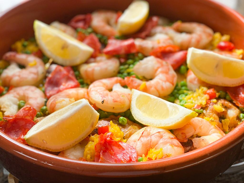 Spanisches Reisgericht mit Meeresfrüchten