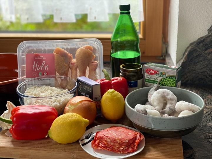 Zutaten, die für eine Paella gebraucht werden