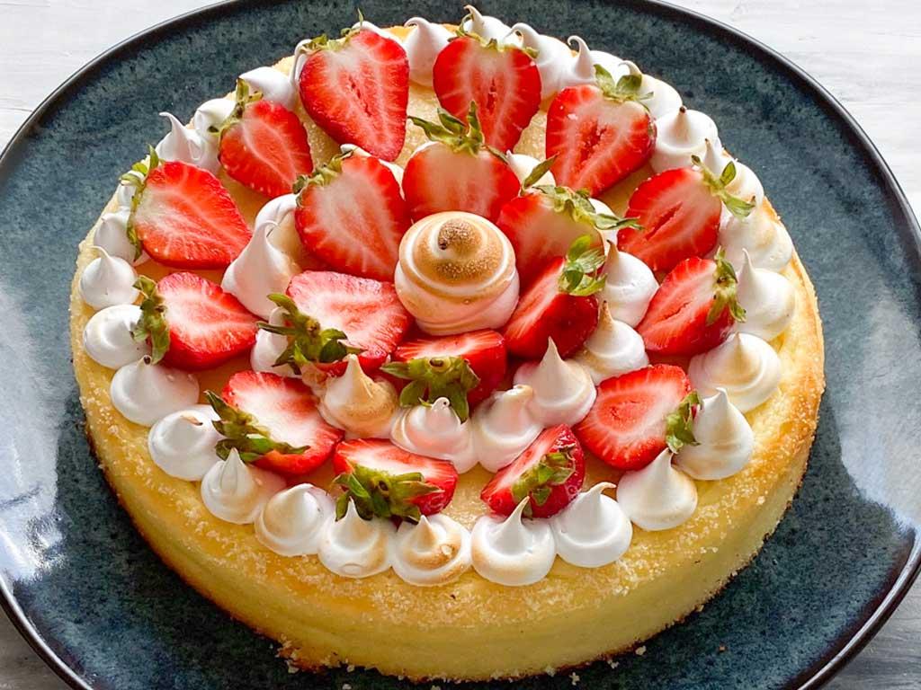 Zitronen-Cheesecake mit Holunderbaiser und Erdbeeren