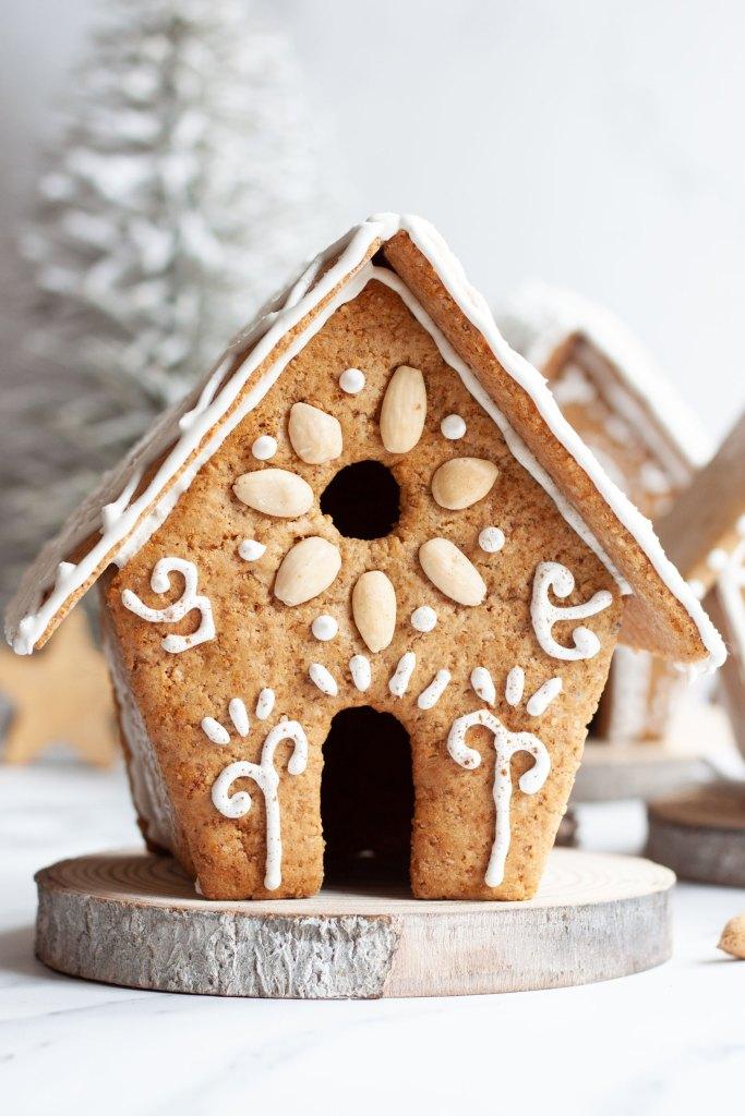Lebkuchenhaus verziert mit Mandeln und Zuckerguss