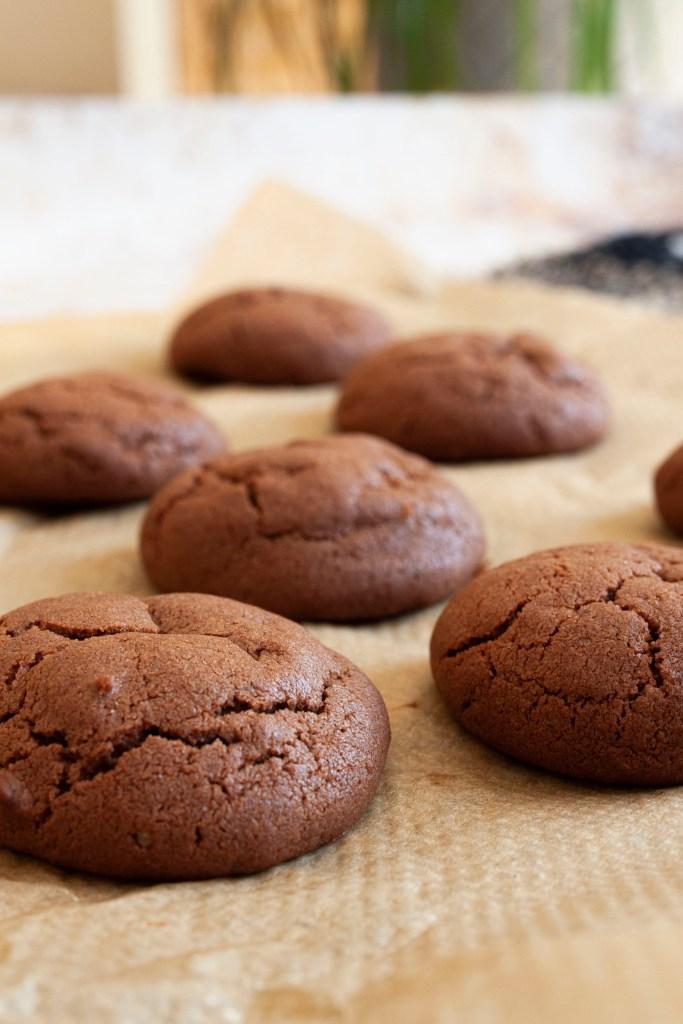 Schokoladen Kekse mit Espresso auf Backpapier augelegt.