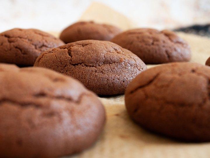 Schokoladen Kekse mit Espresso auf Backpapier