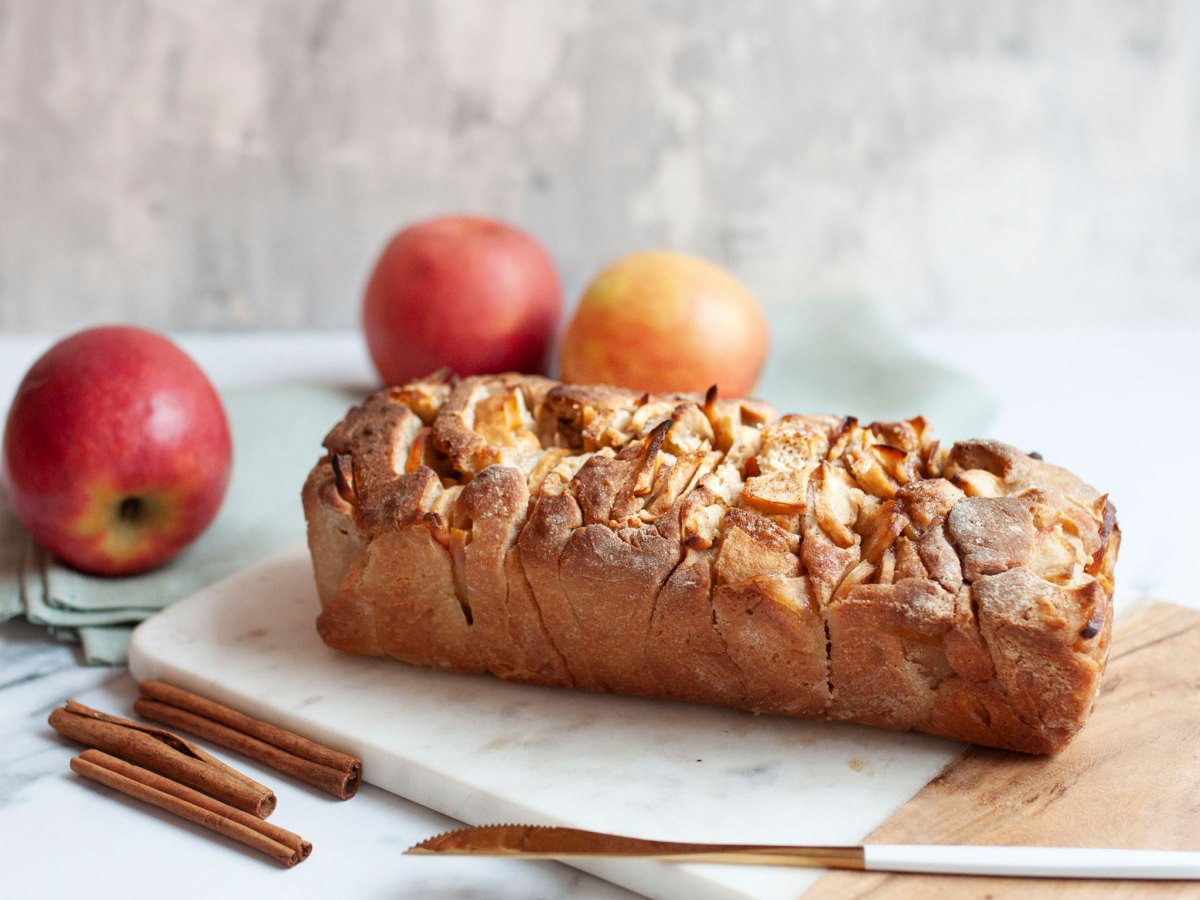 Fertiges Apfel Zimt Zupfbrot servierbereit