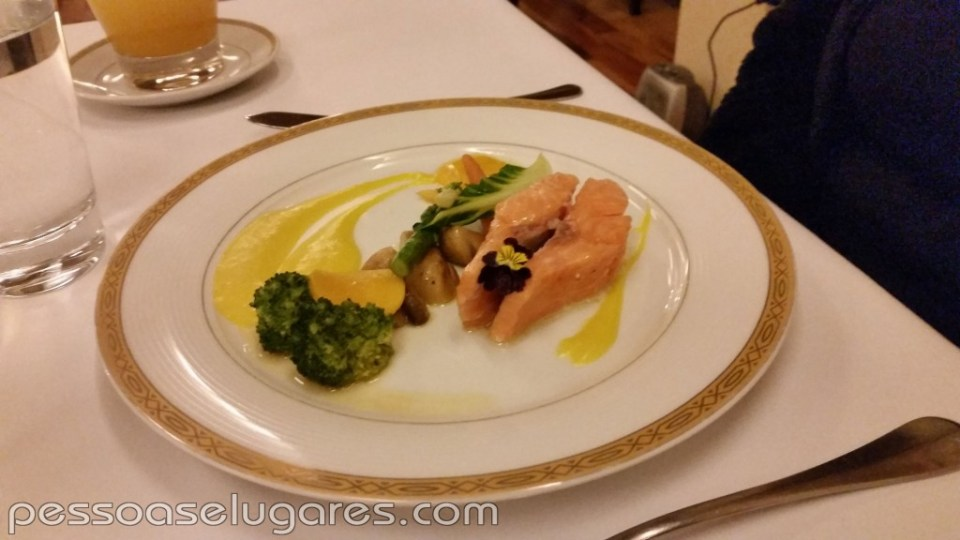 Filete de trucha confitada, verduras orgânicas, salsa de mango y kion