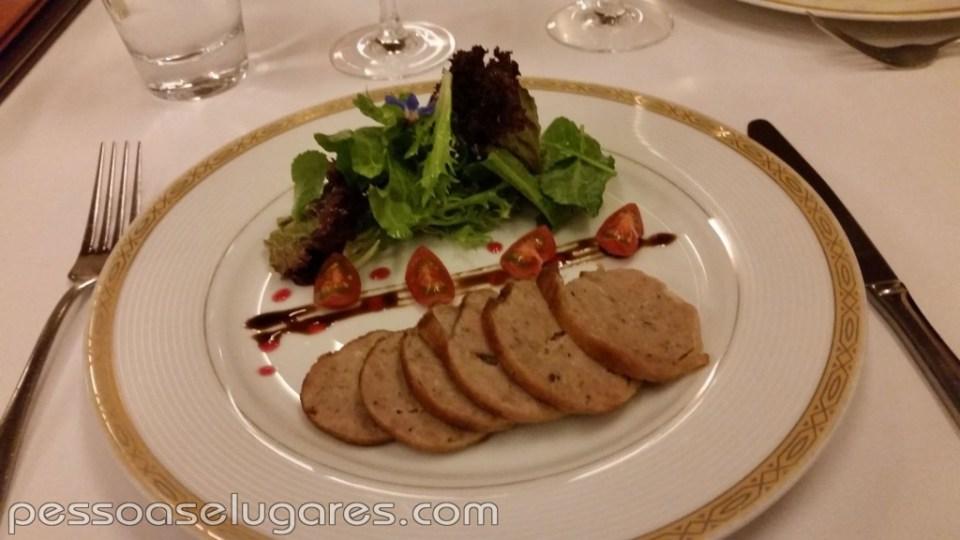 Cuello de pato confitado, relleno de carnes y foi gras, flambeado en Armañac